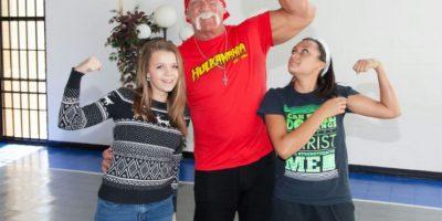 El exluchador estadounidense Hulk Hogan posa con dos jóvenes al visitar la sede de la fundación Hope Children's el 30 de noviembre de 2016 en Tampa, Florida, EEUU Foto:Mike Dupre/afp.com