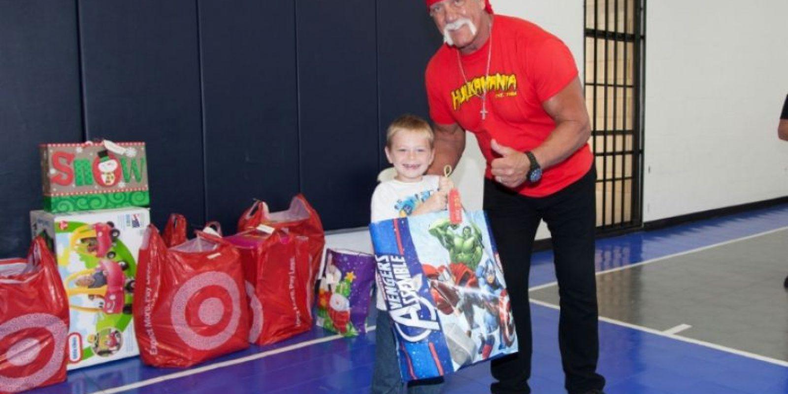 El exluchador estadounidense Hulk Hogan posa con un niño al visitar la sede de la fundación caritativa Hope Children's el 30 de noviembre de 2016 en Tampa, Florida, EEUU Foto:Mike Dupre/afp.com