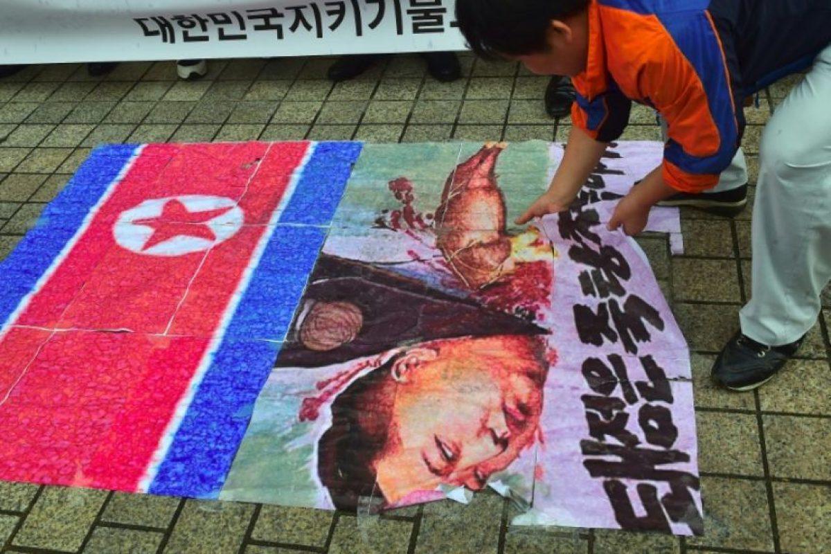 Un activista surcoreano rasga una caricatura del líder norcoreano Kim Jong-Un durante una protesta para denunciar su último ensayo nuclear el 12 de septiembre de 2016 en Seúl Foto:Jung Yeon-Je/afp.com