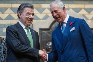 El príncipe Carlos de Inglaterra (dcha) estrecha la mano del presidente colombiano, Juan Manuel Santos, en el Museo de Historia Natural de Londres este 2 de noviembre de 2016 Foto:Jack Taylor/afp.com