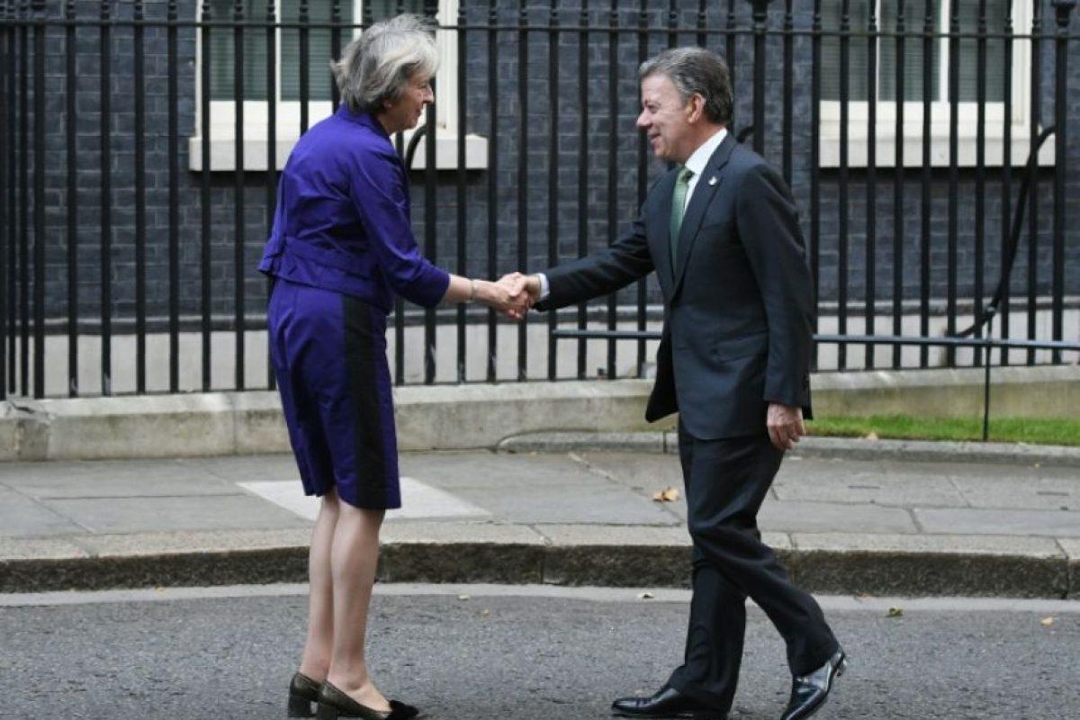 El presidente colombiano Juan Manuel Santos y la primera ministra británica Theresa May, se saludan luego de mantener una reunión bilateral, el 2 de noviembre de 2016 en Londres. Foto:Justin TALLIS/afp.com