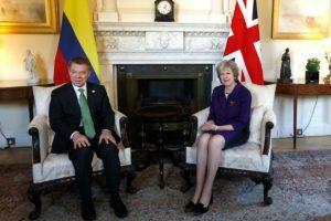 El presidente colombiano Juan Manuel Santos y la primera ministra británica Theresa May, posan para los forógrafos precio a una reunión bilateral, el 2 de noviembre de 2016 en Londres. Foto:Kirsty Wigglesworth/afp.com