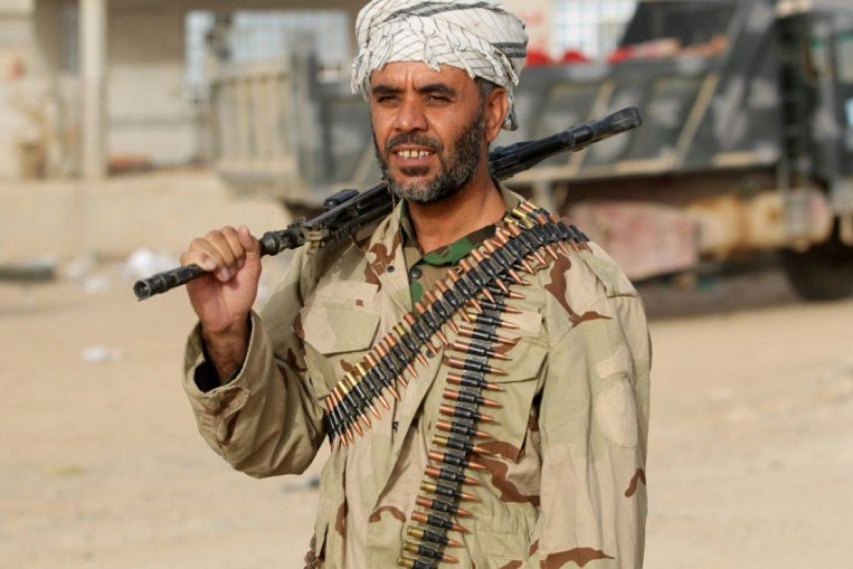 Un miembro de las fuerzas militares de Irak camina por el poblado de Abu Shuwayhah, al sur de la disputada ciudad de Mosul, durante la ofensiva gubernamental contra el grupo Estado Islámico, el 2 de noviembre de 2016. Foto:AHMAD AL-RUBAYE/afp.com