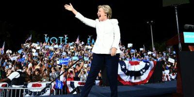 La candidata demócrata a la presidencia de EEUU, Hillary Clinton, saluda a sus partidarios en un mitin en Fort Lauderdale, Florida, el 1 de noviembre de 2016 Foto:Jewel Samad/afp.com