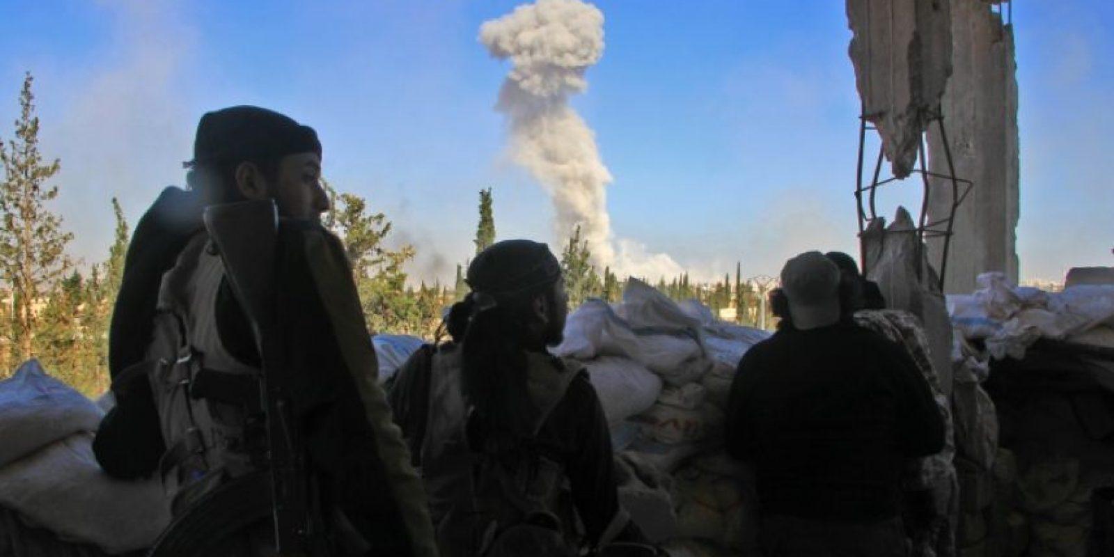 Un grupo de rebledes observan una columna de humo durante combates en Alepo el 3 de noviembre de 2016 Foto:Omar haj kadour/afp.com