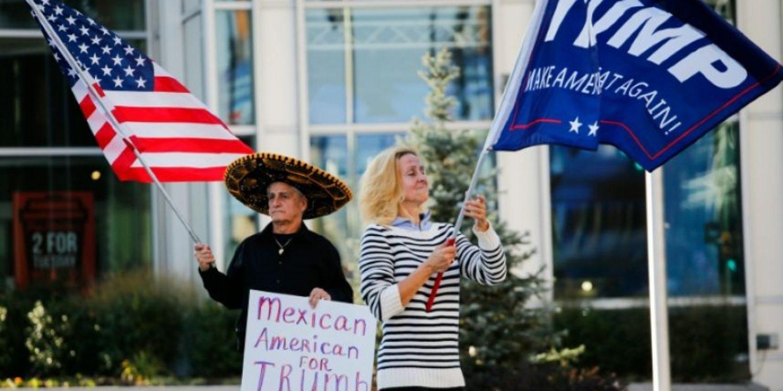 Unos partidarios del candidato a la presidencia de EEUU Donald Trump ondean banderas afines para mostrar su apoyo al dirigente republicano en Allentown, Pensilvania, el 2 de noviembre de 2016 Foto:Eduardo Muñoz Álvarez/afp.com