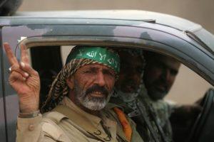 Combatientes chiítas de las Unidades de Mobilización Popular) en un carro en su entrada a la localidad de Abu Shuwayhah, al sur de Mosul, Irak, el 1 de noviembre de 2016, en el marco de una ofensiva para retomar la ciudad de Mosul de manos del grupo Ejército Islámico Foto:AHMAD AL-RUBAYE/afp.com