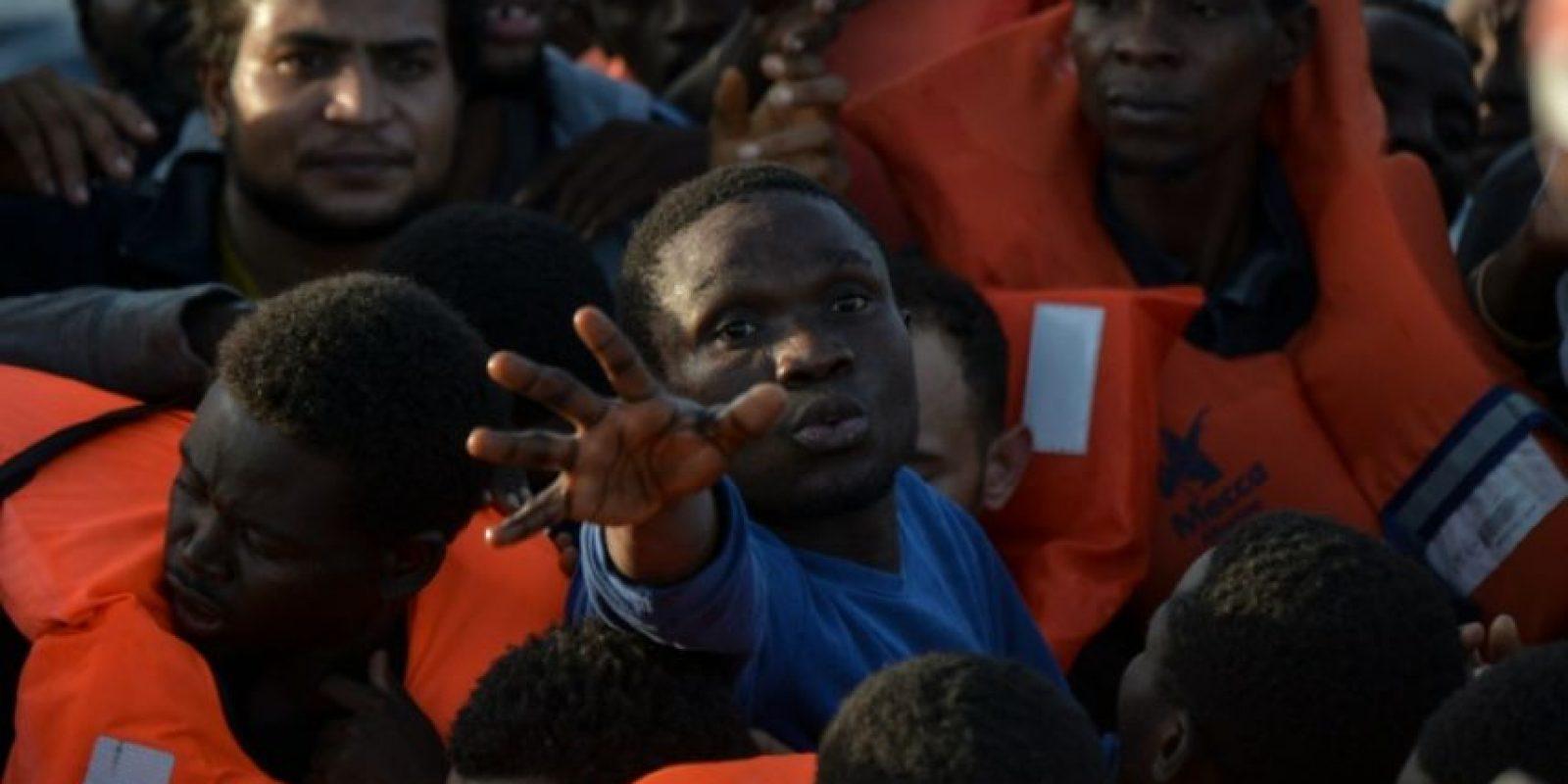 Migrantes y refugiados esperan chalecos salvavidas en un bote después de haber sido socorridos en el mar Mediterráneo frente a las costas libias el 3 de noviembre de 2016 Foto:Andreas Solaro/afp.com