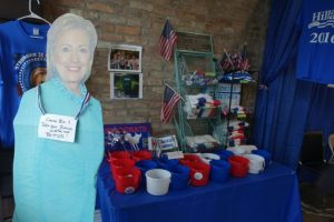 Un cartel a tamaño real de Hillary Clinton, candidata demócrata a la presidencia de EEUU, fotografiado el 1 de noviembre de 2016 en una oficina de su campaña en Pinecrest, a las afueras de Miami Foto:Kerry Sheridan/afp.com