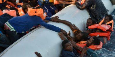 Migrantes y refugiados durante un operativo de rescate en el mar Mediterráneo frente a las costas libias el 3 de noviembre de 2016 Foto:Andreas Solaro/afp.com