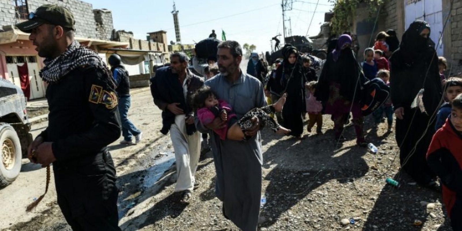Varios civiles iraquíes huyen del pueblo de Gogjali, a unos pocos metros de la frontera oriental de Mosul, el 2 de noviembre de 2016 Foto:Bulent Kilic/afp.com