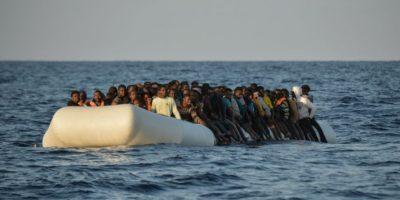 Migrantes y refugiados en una lancha son avistados por la ONG Moas y la Cruz Roja durante un operativo de rescate en el mar Mediterráneo frente a las costas libias el 3 de noviembre de 2016 Foto:Andreas Solaro/afp.com