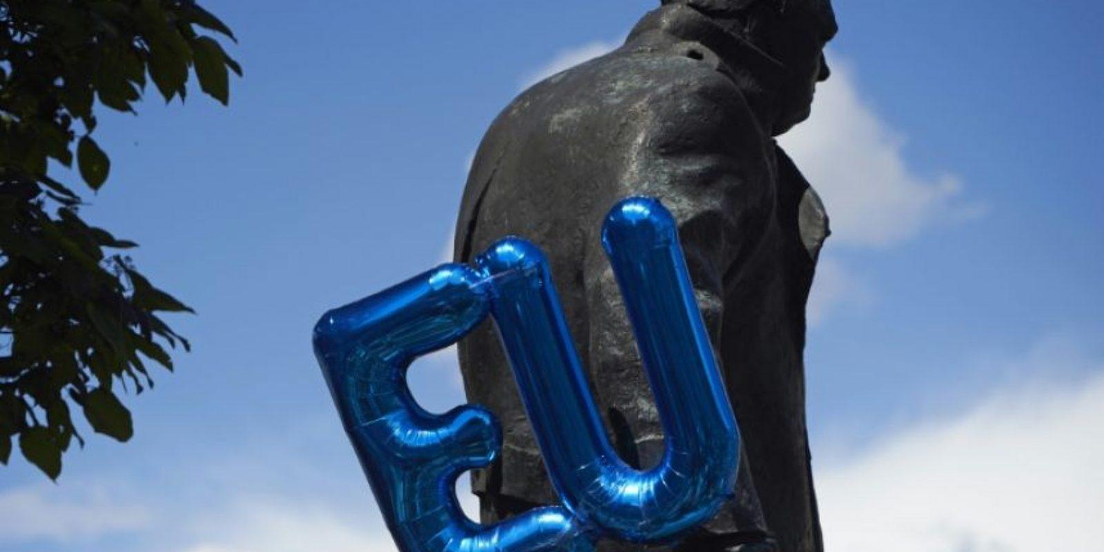 Un globo con las iniciales de la Unión Europea (UE) junto a la estatua del exdirigente británico Winston Churchill en la Plaza del Parlamento de Londres, en una protesta contra el Brexit, el 2 de julio de 2016 Foto:Niklas Halle'n/afp.com
