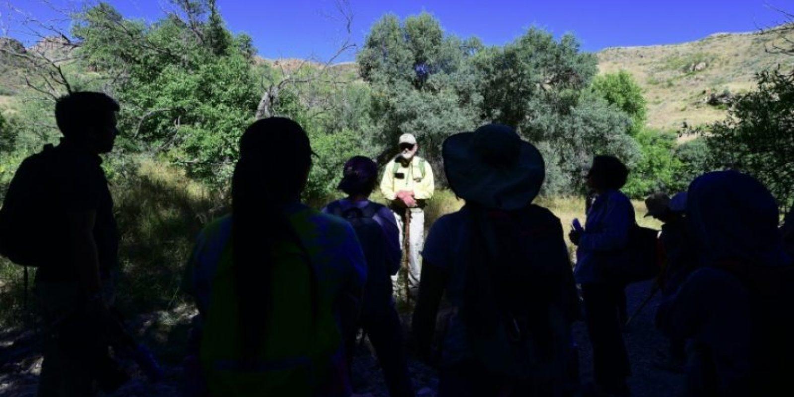 Un voluntario da indicaciones a unos estudiantes antes e recorrer la zona de Nogales, en Arizona (EEUU), cerca de México, para dejar agua para los migrantes que intentan cruzar clandestinamente la frontera, el 12 de octubre de 2016 Foto:Frederic J. Brown/afp.com