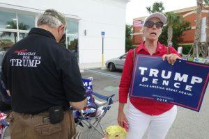 Los voluntarios Michael Calsetta y Katrina Vidal hacen campaña a favor de Donald Trump, candidato republicano a la presidencia de EEUU, el 1 de noviembre de 2016 fuera de una biblioteca de Miami reconvertida en centro de votación Foto:Kerry Sheridan/afp.com