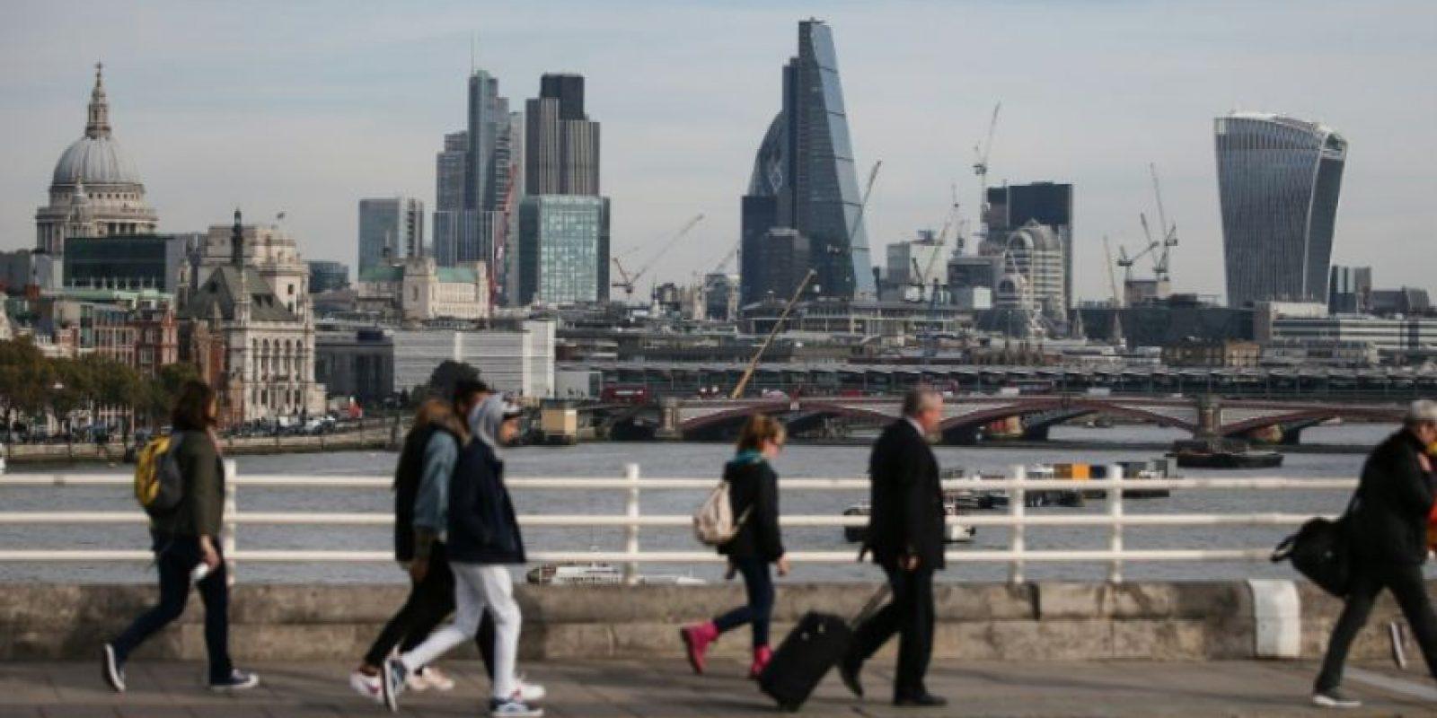 Transeúntes cruzan el puente de Waterloo, en Londres, el 27 de octubre de 2016 Foto:Daniel Leal-Olivas/afp.com