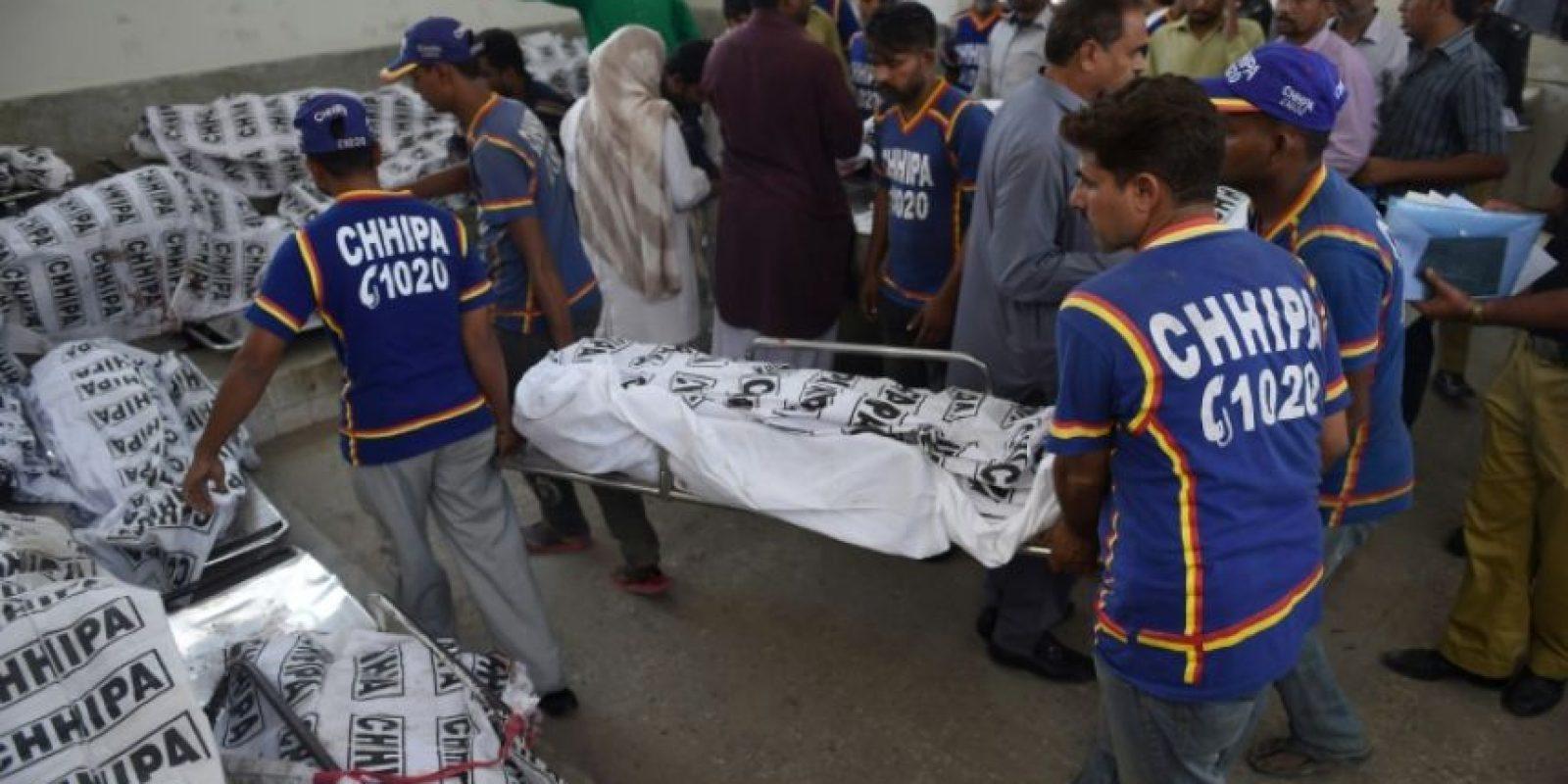 Dos socorristas paquistaníes llevan el cuerpo de un pasajero muerto en un accidente de tren, a un depósito de cadáveres en Karachi, el 3 de noviembre de 2016 Foto:Rizwan Tabassum/afp.com