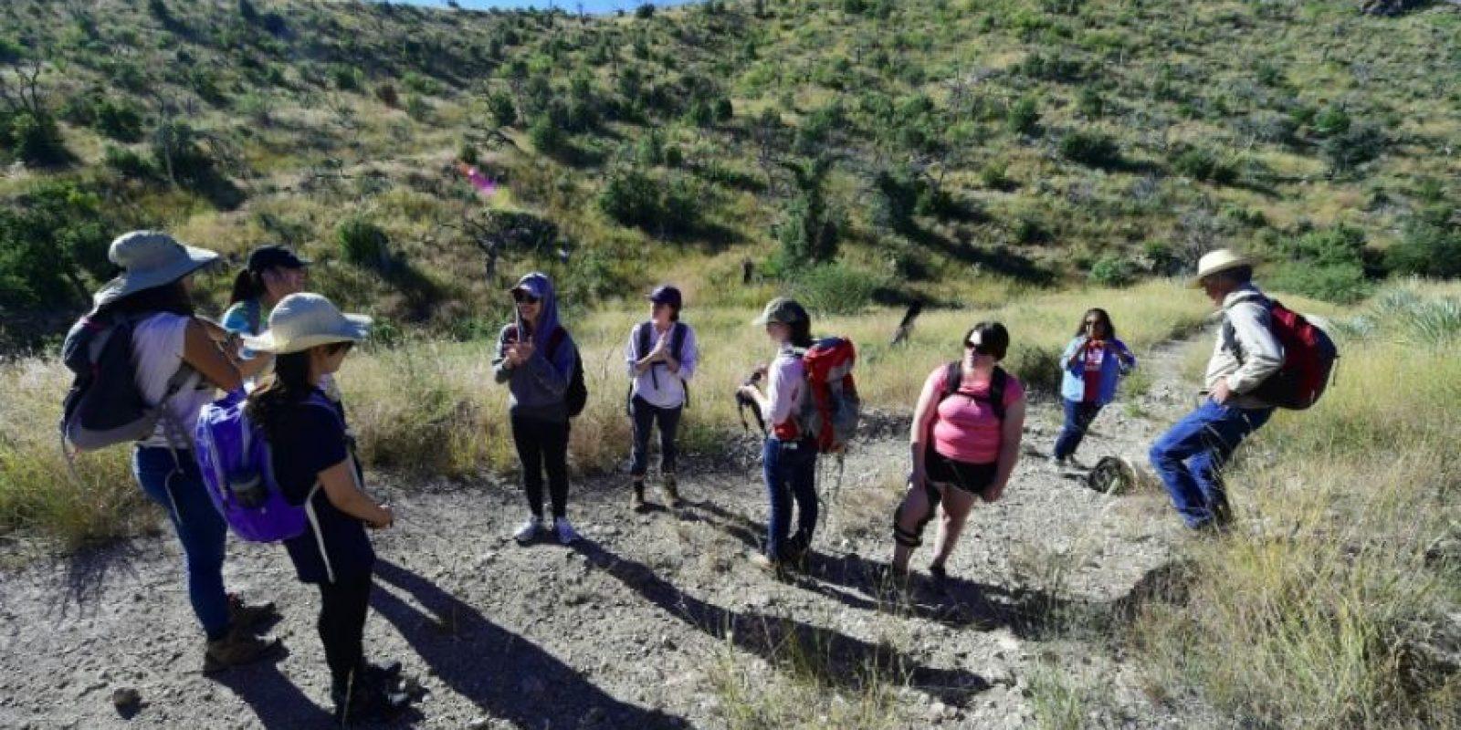 Unos voluntarios recorren la zona de Nogales, en Arizona (EEUU), cerca de México, para dejar agua para los migrantes que intentan cruzar clandestinamente la frontera, el 12 de octubre de 2016 Foto:Frederic J. Brown/afp.com