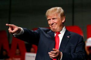 El candidato republicano a la presidencia de EEUU, Donald Trump, hace un gesto a sus seguidores el 31 de octubre de 2016 en Warren, Michigan Foto:Jeff Kowalsky/afp.com