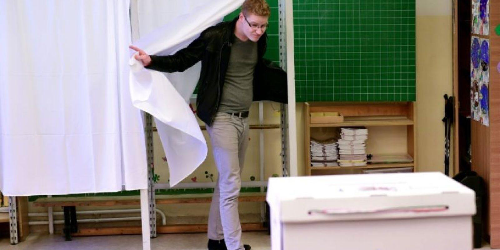 Un votante se pronuncia en el referéndum sobre la política migratoria el 2 de octubre de 2016 en Budapest Foto:Attila Kisbenedek/afp.com
