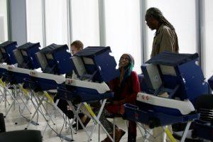 Una electora recibe ayuda para votar por anticipado en las elecciones presidenciales en EEUU, el 31 de octubre de 2016 en Chicago Foto:Joshua Lott/afp.com