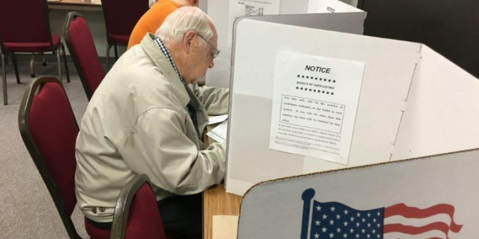 Keith Johnson, de 85 años, vota anticipadamente en las elecciones presidenciales en EEUU el 1 de noviembre de 2016 en Eau Claire, Wisconsin Foto:afp.com
