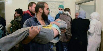 Un hombre lleva a un niño sirio herido a un hospital de un barrio controlado por el gobierno tras un bombardeo en el norte de Alepo atribuido a los rebeldes el 3 de noviembre de 2016 Foto:George Ourfalian/afp.com