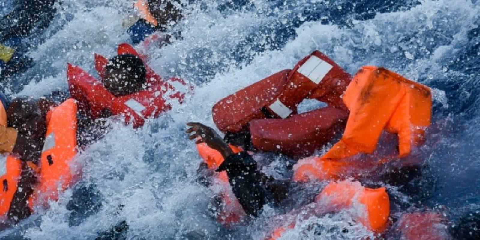 Migrantes y refugiados caen al agua durante un operativo de rescate el 3 de noviembre de 2016 en el Mediterráneo Foto:ANDREAS SOLARO/afp.com