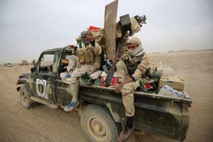 Combatientes chiítas de las Unidades de Mobilización Popular) en la caja de una camioneta cerca de la localidad de Abu Shuwayhah, Irak, el 1 de noviembre de 2016, en el marco de una ofensiva para retomar la ciudad de Mosul de manos del grupo Ejército Islámico Foto:AHMAD AL-RUBAYE/afp.com