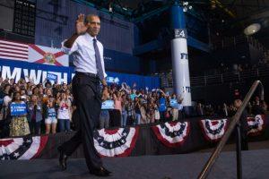 El presidente de EEUU, Barack Obama, hace campaña a favor de la candidata demócrata, Hillary Clinton, el 3 de noviembre de 2016 en la Universidad Internacional de Florida, en Miami Foto:Nicholas Kamm/afp.com