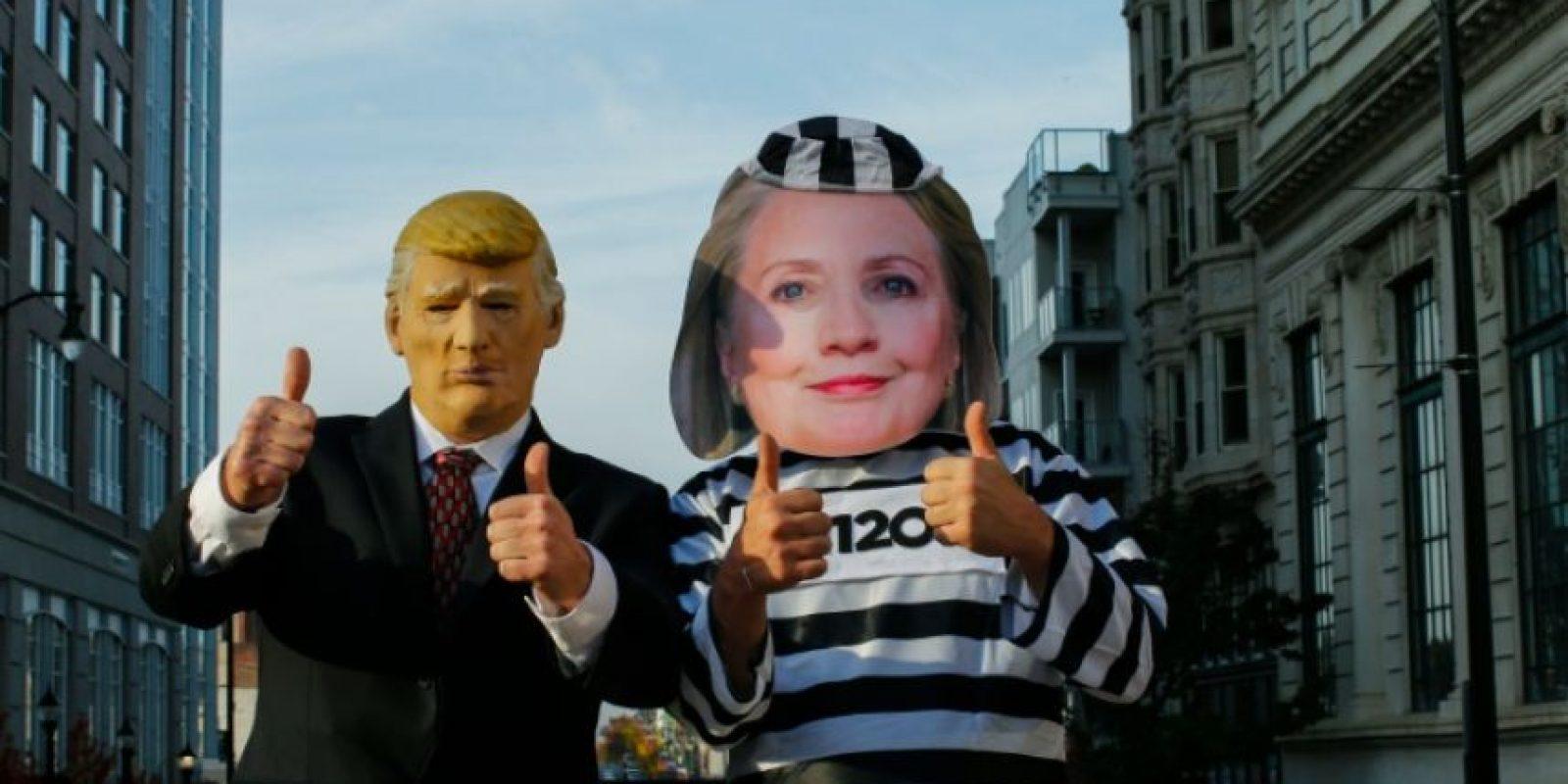 Unos partidarios del candidato presidencial republicano, disfrazados de Donald Trump (I) y de la candidata demócrata, Hillary Clinton (D), en una concentración de apoyo en Allentown, Pensilvania (EEUU), el 2 de noviembre de 2016 Foto:Eduardo Muñoz Álvarez/afp.com