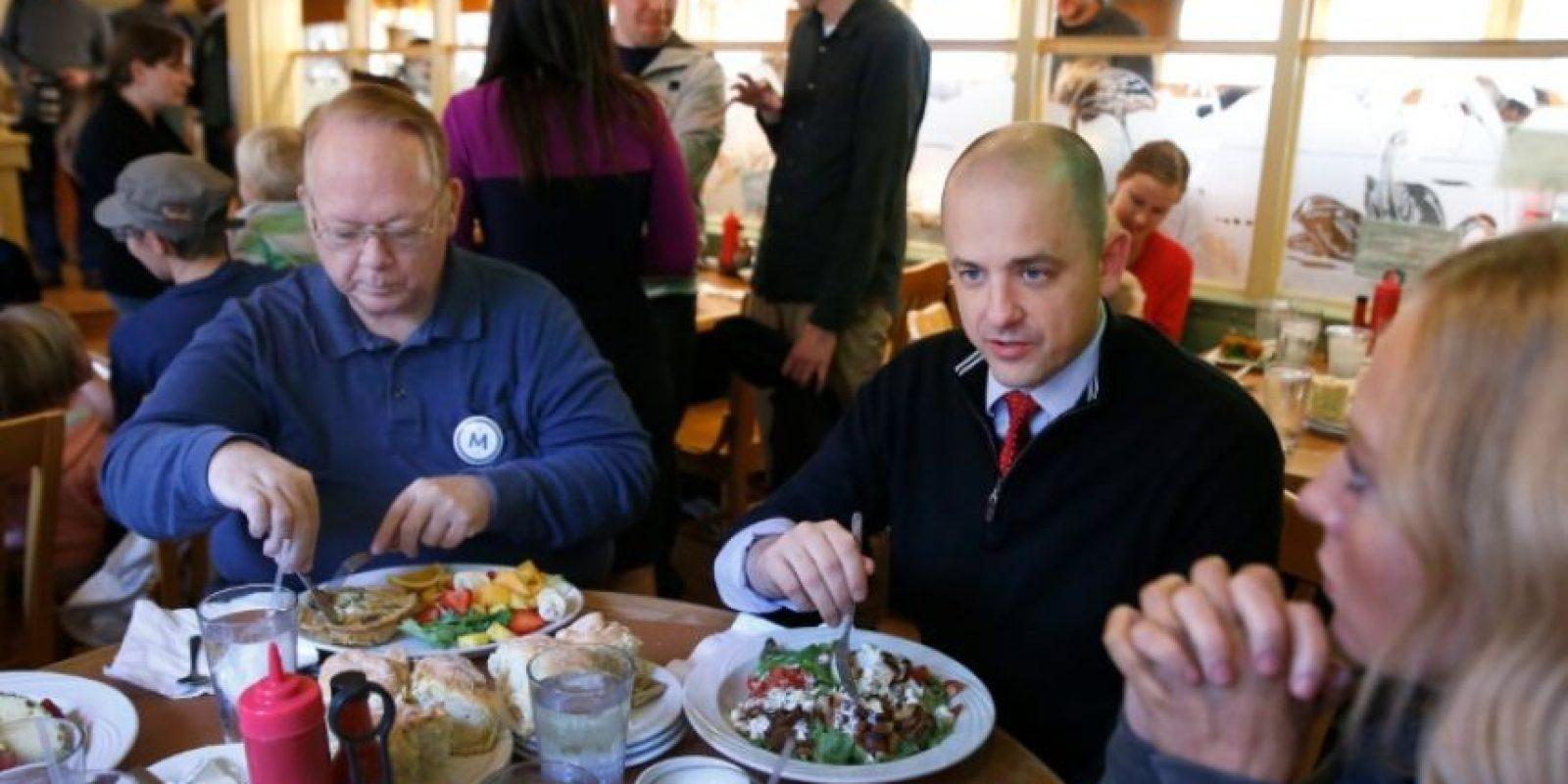 El candidato independiente a la presidencia de Estados Unidos Evan McMullin come con sus seguidores en un restaurante en Salt Lake, en Utah, el 1 de noviembre de 2016 Foto:George Frey/afp.com