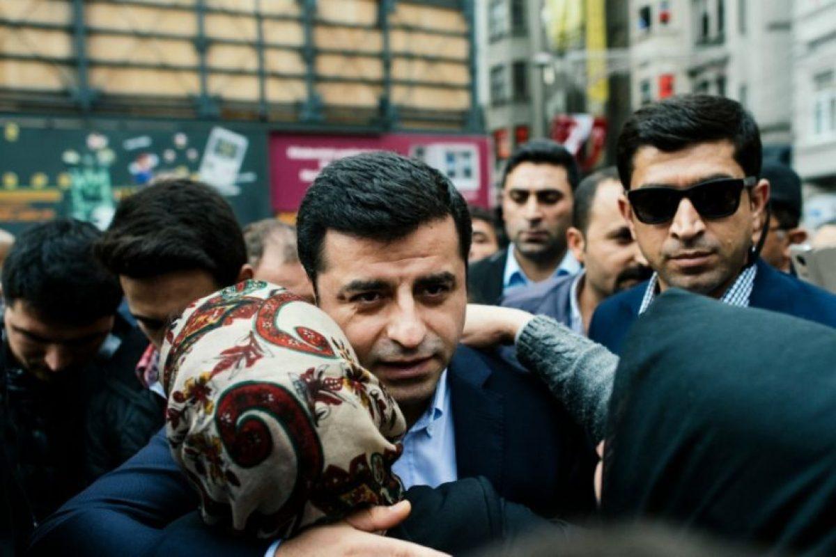 El colíder del Partido Democrático de los Pueblos (HDP), el principal partido prokurdo, Selahattin Demirtas (centro), el 31 de octubre de 2015 ante simpatizantes en Estambul Foto:Dimitar Dilkoff/afp.com