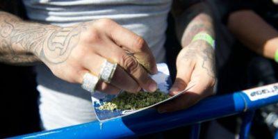 Un consumidor lía marihuana para fumar el 20 de mayo de 2016 en el 420 Rally de Denver (Colorado, EEUU), la mayor concentración a favor de la legalización y la cultura del cannabis Foto:Jason Connolly/afp.com