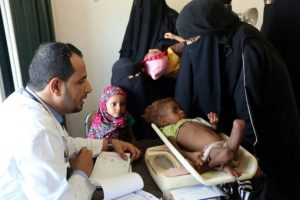 Un médico pesa a un bebé malnutrido el 15 de octubre de 2016 a las afueras de la ciudad rebelde yemení de Hodeida Foto:-/afp.com