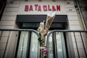 Un ramo de flores en homenaje a las víctimas del atentado yihadista contra la sala Bataclan, junto a la puerta del recinto en París, el 1 de noviembre de 2016, casi un año después de la tragedia Foto:Philippe Lopez/afp.com