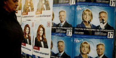 Una mujer pasa frente varios pósters de la campaña presidencial en la ciudad búlgara de Bobov Dol, el 2 de noviembre de 2016 Foto:Nikolay Doychinov/afp.com