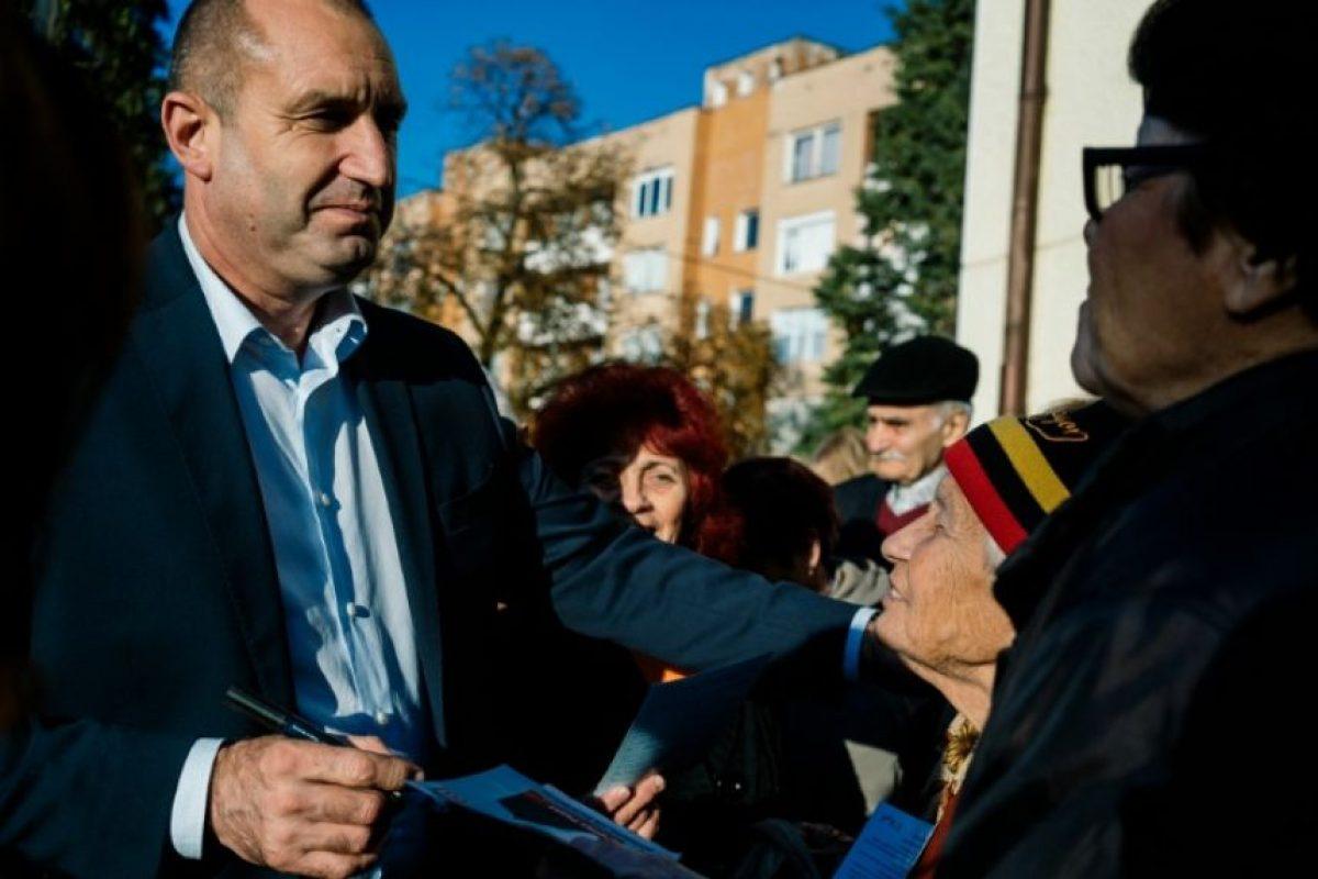 El excomandate de las Fuerzas Aéreas búlgaras Rumen Radev (I), candidato de la oposición por los socialistas, charla con algunos de sus partidarios durante un mitin preelectoral en la ciudad de Roman, en 2 de noviembre de 2016 Foto:Dimitar Dilkoff/afp.com