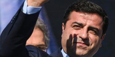 Selahattin Demirtas, líder del Partido Democrático de los Pueblos (HDP), principal partido prokurdo de Turquía, saluda durante una concentración contra la guerra en Siria el 4 de septiembre de 2016 en Estambul Foto:Ozan Kose/afp.com