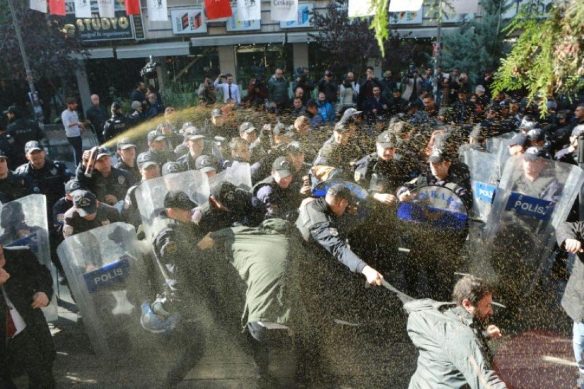 Policías antidisturbios intentan disolver una manifestación de apoyo a los detenidos del principal partido prokurdo, el HDP, en Ankara este 4 de noviembre de 2016 Foto:Adem Altan/afp.com