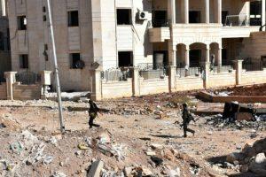 Unos soldados progubernamentales sirios cruzan la zona de los '3.000' apartamentos de Al Hamdaniyah, en el este de Alepo, el 4 de noviembre de 2016 Foto:George Ourfalian/afp.com