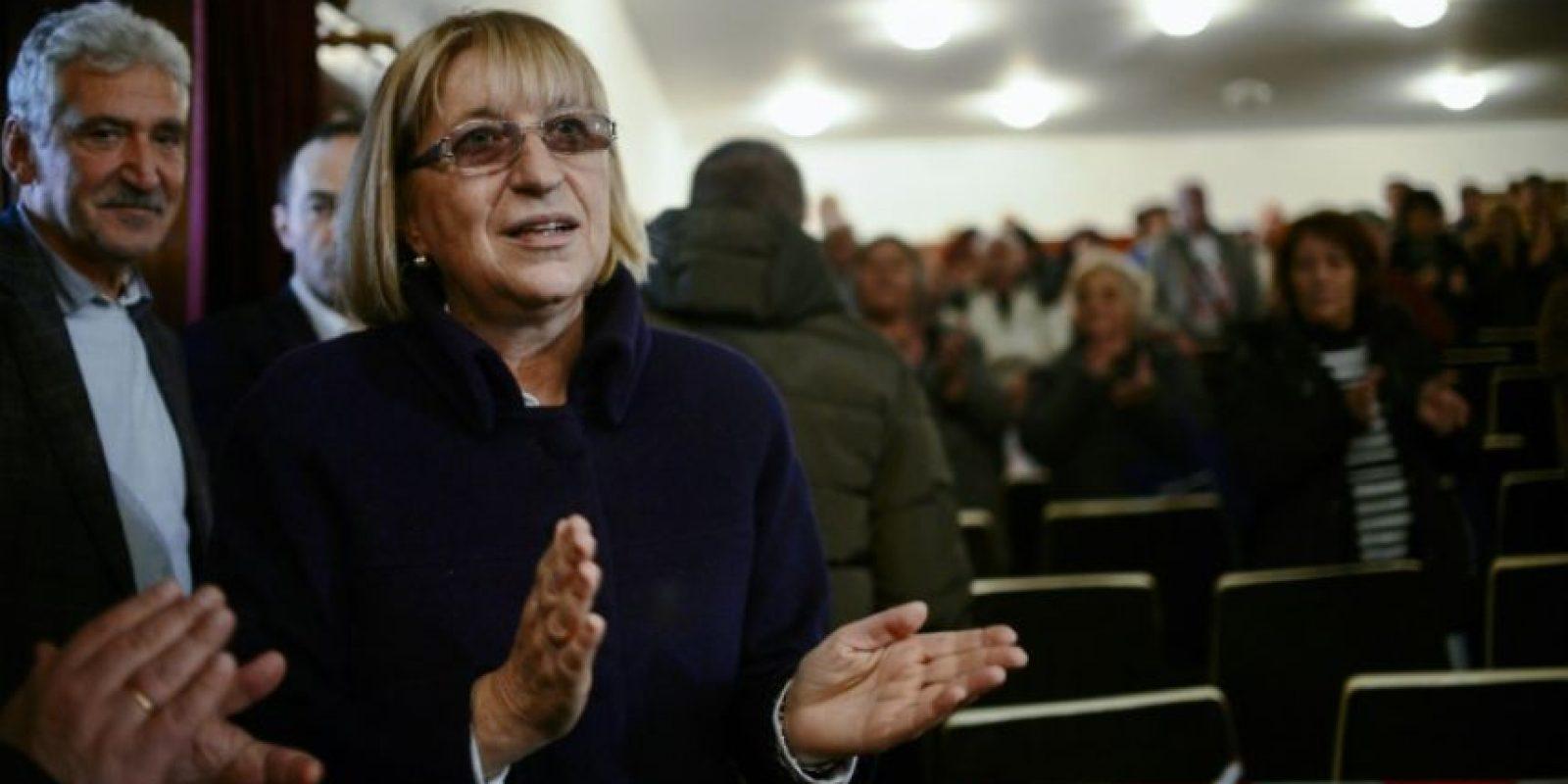 Tsetska Tsacheva, candidata por el partido centro-derechista GERB (Ciudadanos por el Desarrollo Europeo de Bulgaria), aplaude durante un mitin preelectoral en la ciudad búlgara de Bobov Dol, el 2 de noviembre de 2016 Foto:Nikolay Doychinov/afp.com