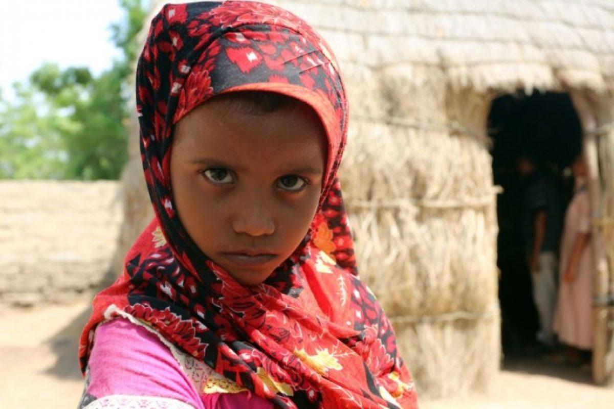 Un niña yemení, fotografiada el 26 de septiembre de 2016 junto a su casa en las empobrecidas afueras de Hodeida, donde la malnutrición golpea a la población Foto:-/afp.com