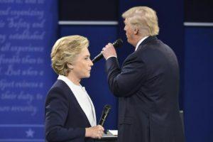 El candidato republicano a la presidencia de Estados Unidos, Donald Trump, habla mientras su rival demócrata, Hillary Clinton, escucha en el segundo debate presidencial en la Universidad de Washington, en St. Louis, el 9 de octubre de 2016 Foto:Paul J. Richards/afp.com