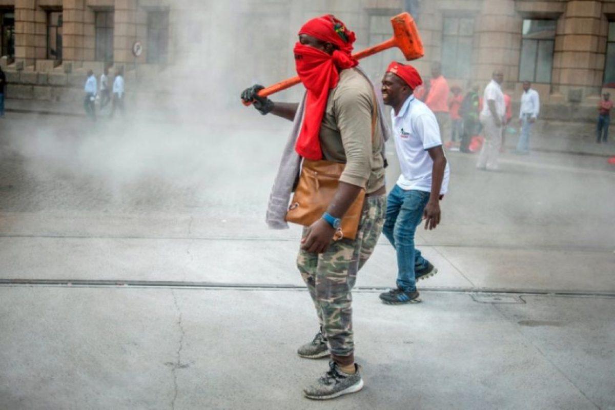Un hombre carga una maza durante una manifestación de la fuerza de oposición de izquierda radical Combatientes por la Libertad Económica en contra del presidente de Sudáfrica, Jacob Zuma, y en apoyo a la divulgación de informes de corrupción en el gobierno, el 2 de noviembre de 2016, en Pretoria Foto:MUJAHID SAFODIEN/afp.com