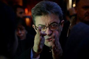 El miembro del Parlamento Europeo por el partido izquierdista francés Parti de Gauche (PG) y candidato a la elección presidencial francesa de 2017, Jean-Luc Melenchon, participa en una protesta en la Place de la Republique en París, el 5 de noviembre de 2016, por el arresto de dirigentes y periodistas en Turquía. Foto:GEOFFROY VAN DER HASSELT/afp.com