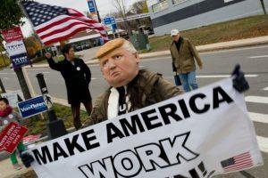 Partidarios del candidato presidencial republicano Donald Trump hacen campaña para el magnate el 5 de noviembre de 2016, en Manchester, New Hampshire. Foto:DOMINICK REUTER/afp.com