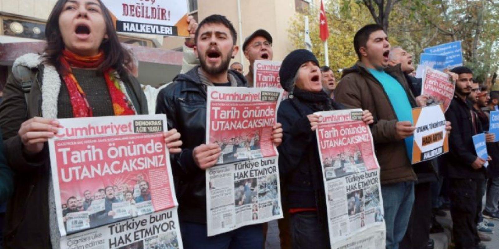 Manifestantes muestra un ejemplar de la última edición del diario opositor Cumhuriyet durante en una protesta frente a su sede por las detenciones de miembros del periódico, el 5 de noviembre de 2016 en Ankara, Turquía Foto:ADEM ALTAN/afp.com