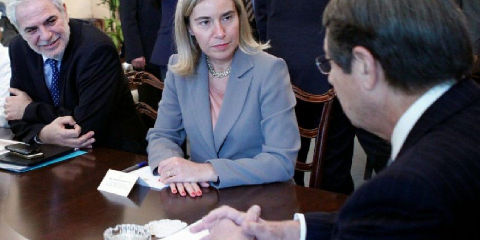 Foto oficial divulgada el 28 de octubre de 2016, muestra al presidente chipriota, Nicos Anastasiades (D), en entrevista con con la jefa de política exterior de la UE, Federica Mogherini (C), en la capital de Chipre, Nicosia. Foto:CHRISTOS AVRAAMIDES/afp.com