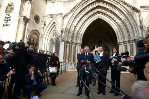 David Greene, abogado de uno de los demandantes que exigían la votación del Brexit en el Parlamento, lee la declaración favorable a su causa por parte del Alto Tribunal de Londres frente a la sede de la institución, el 2 de noviembre de 2016 Foto:Niklas Halle'n/afp.com